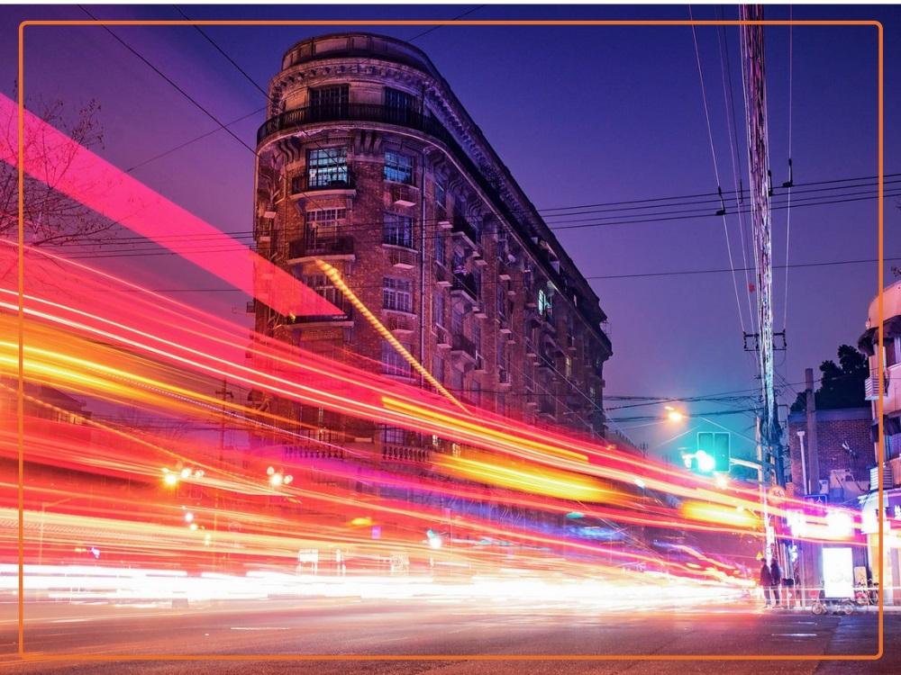 nowoczesne miasto i ruch uliczny