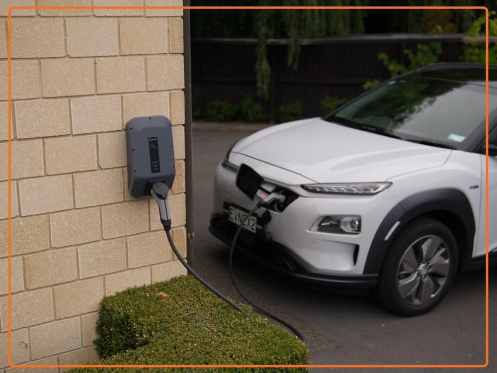 ladowanie auta elektrycznego wallbox - Magazyn Cartrack. Wiedza zawsze pod kontrolą!