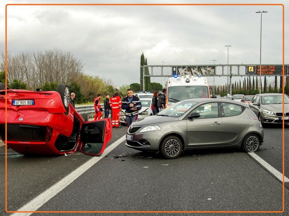 wypadek samochodu na autostradzie